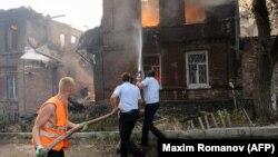 Поліцейські й комунальники під час гасіння пожежі в Ростові-на-Дону, Росія, 21 серпня 2017 року