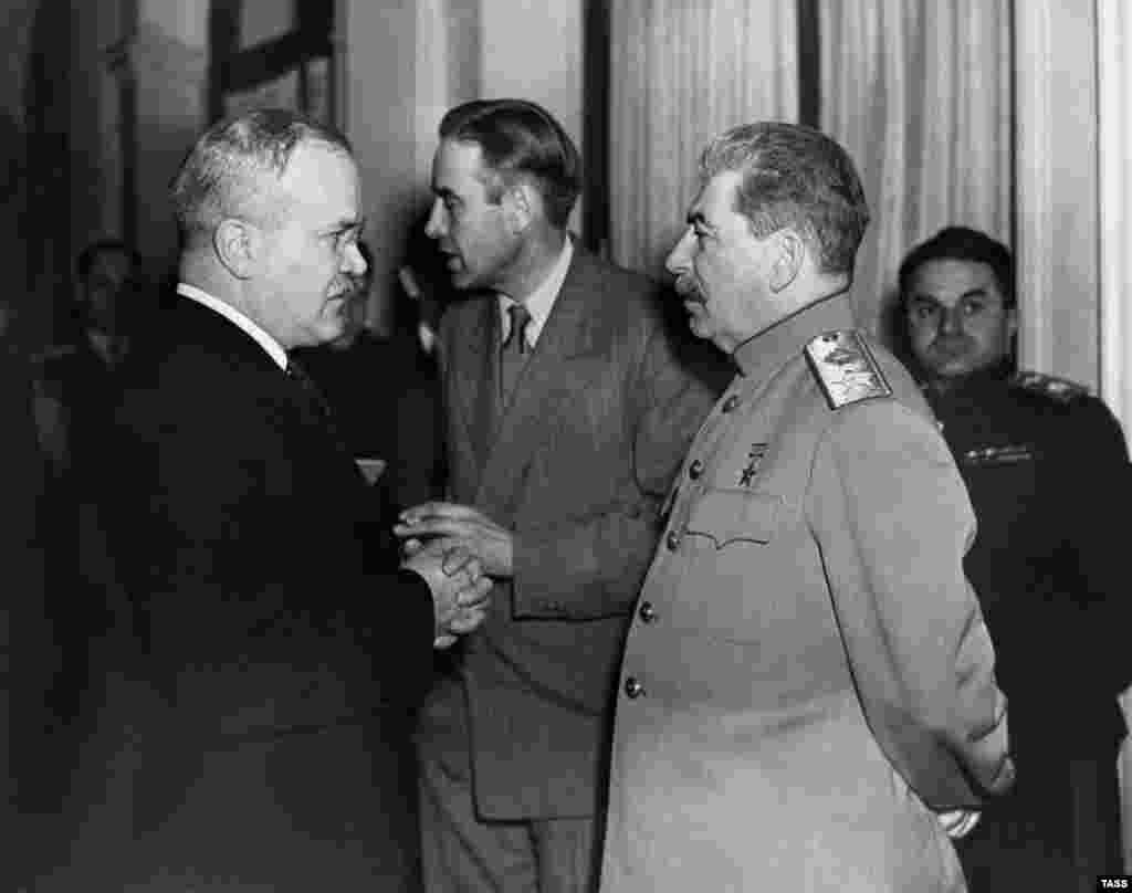 Вячеслав Молотов (слева), посол США в СССР Уильям Гарриман и Иосиф Сталин беседуют во время Ялтинской конференции