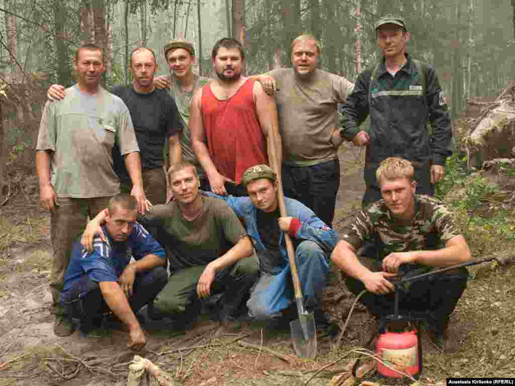 Residents from the district town of Vyksa are working as volunteer firefighters armed with only garden sprinklers and shovels. They call themselves the first line of defense between the fires and their homes. This team has kept up 24-hour shifts on the outskirts of the Vyksa forest for the past two weeks.