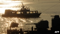 Пассажирский теплоход проходит бухту Севастополя. 12 марта 2014 года.