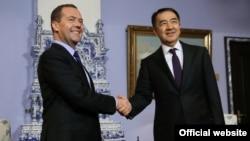 Премьер-министр Казахстана Бакытжан Сагинтаев (справа) и премьер-министр России Дмитрий Медведев. Москва, 26 октября 2016 года.