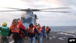 Pamje e shpëtimit të udhëtarëve nga anija e përfshirë nga zjarri në det