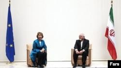Сыртқы саясат жөніндегі ЕО комиссары Кэтрин Эштон (сол жақта) мен Иран сыртқы істер министрі Жавад Зариф. Женева, 15 қазан 2013 жыл.