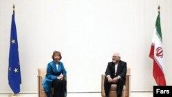 Верховный представитель ЕС по иностранным делам Кэтрин Эштон и министр иностранных дел Ирана Мухаммед Джавад Зариф перед началом переговоров в Женеве, 15 октября 2013 года.