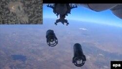 Сброс бомб с российского военного самолета в Сирии на кадре видео министерства обороны России, 5 октября 2015 года.