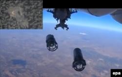 Російський військовий літак скидає бомби поблизу сирійського міста Ідліб. 5 жовтня 2015 року