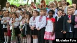 У день останнього дзвоника в одній із київських шкіл (ілюстраційне фото)