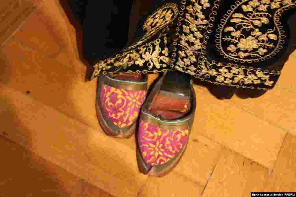 Почти все народы на Кавказе в XIX веке носили похожую обувь.