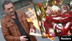 """Антонио Манфреди, директор музея """"Касория"""", сжигает картины в знак протеста против слабой поддержки правительством культуры, Неаполь, 23 апреля 2012 года."""