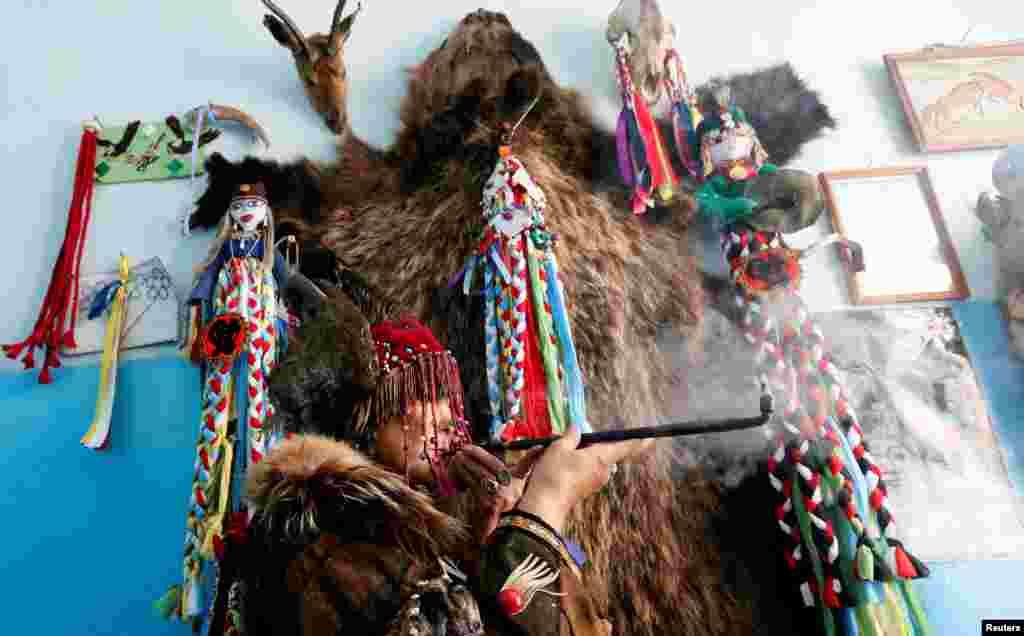 """По всей Туве действуют шаманские общества, почти в каждой деревне есть свой шаман. На фото: Людмила Ойун, шаманка. Она представляет общество """"Медвежий дух""""."""