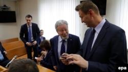 Алексей Навальний Усмонов адвокати Генрих Падва билан 30 май кунги маҳкама залида.