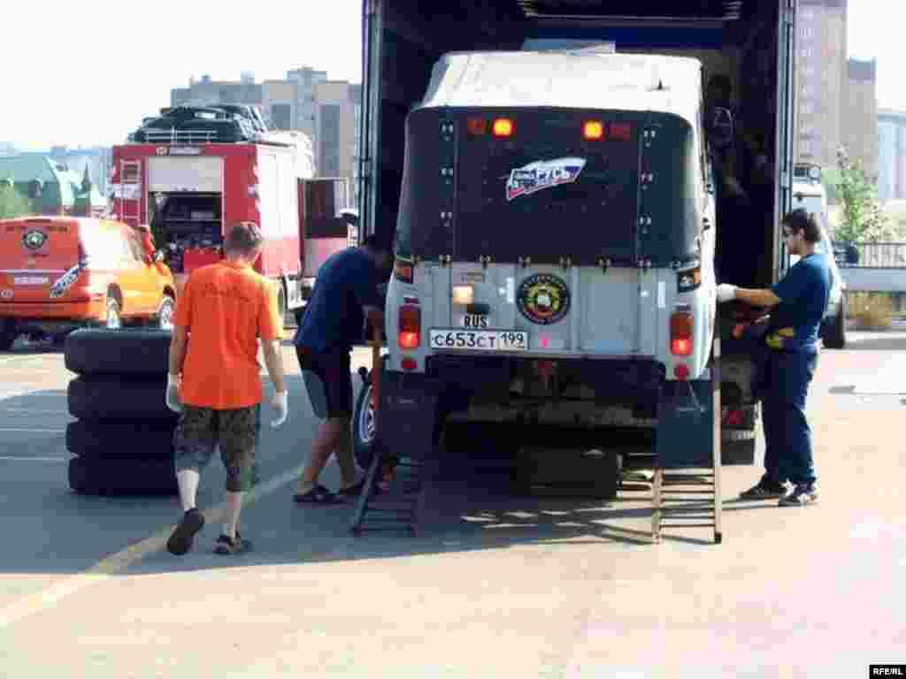 """""""Ефәк юл"""" узышы - Берсеннән-берсе текә чит ил машиналары арасында УАЗны күрү сәеррәк булды"""