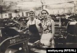 Раиса Марковская во время работы на Семипалатинской камвольно-суконной фабрике. Фото из семейного альбома. Семей, июнь 1954 года.