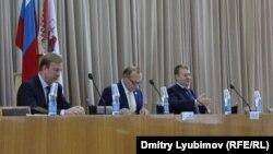 Павел Плотников (слева) на заседании городского законодательного собрания