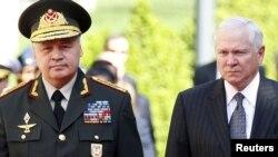 Миноброны Азербайджана Сафар Абиев (слева) и глава Пентагона Роберт Гейтс, Баку, 7 июня 2010 года