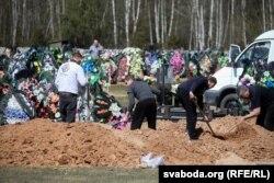 Пахаваньне памерлага ад каранавірусу ў Стоўпцах, 23 красавіка 2020 году