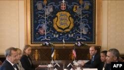 Barack Obama (djathtas) dhe Henrik Ilves duke biseduar në Talin