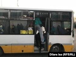 """""""Гипер Хаус"""" аялдамасында №70 бағыттағы автобусқа мініп жатқан жолаушылар. Шымкент, 13 қараша 2019 жыл."""