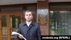 Каардынатар кампаніі «За вела-Берасьце» Ўладзімер Красько з подпісамі ля гарвыканкаму.