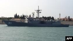 Египетский военный фрегат проходит по Суэцкому каналу. Март 2015 года