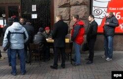 Добровольцы в очереди на запись в Национальную гвардию Украины. Киев