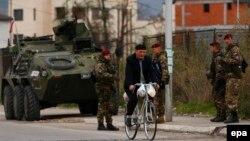 Patrulă NATO la Mitrovica, Kosovo