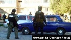 Представители спецслужб в Кульсары. 12 сентября 2012 года. Фото с сайта azh.kz.