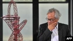 Британський скульптор індійського походження Аніш Капур дивиться на модель свого проекту олімпійської вежі під час презентації проекту в Лондоні, 31 березня 2010 року