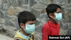 Afganistanski dječaci nose maske na ulicama Kabula, 16. mart 2020.