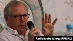 Куратор, письменник та історик мистецтва Девід Еліот