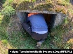 Чоловік показує пивницю у печері