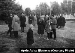 Так виглядав перший несанкціонований владою мітинг пам'яті єврейських жертв Бабиного Яру. На акції зібралося близько 50 людей. 24 вересня 1966 року. Архів Аміка Діаманта