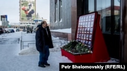 Імпровізований меморіал пам'яті загиблих перед входом на шахту «Північна»