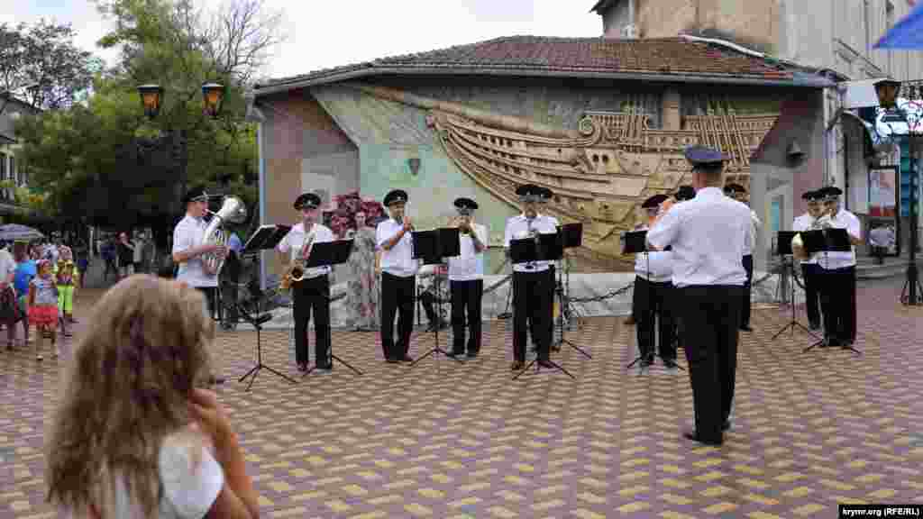 Неподалік основної сцени виступав оркестр духових інструментів