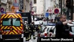 Французские полицейские оцепляют улицы, прилегающие к месту проишествия