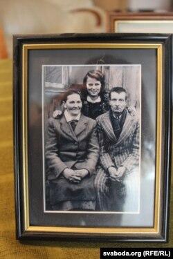 Да ссылкі. Маці Дануце са сваімі бацькамі. Літва, канец 1940-х.
