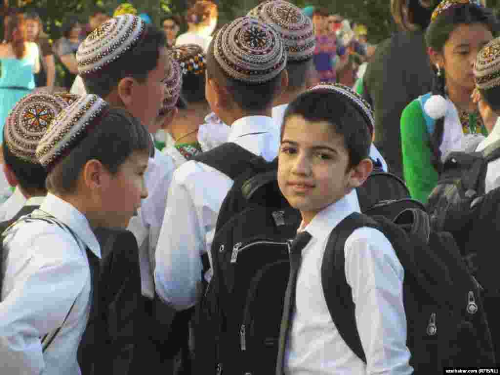 Ашхабад мектебінің оқушылары. Түркіменстан. 1 қыркүйек 2012 жыл.
