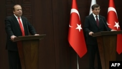 Turkish Prime Minister Ahmet Davutoglu (R) and his Pakistani counterpart Nawaz Sharif hold a joint press conference in Ankara on April 3.