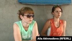 Талдықорғанда ұстау кезінде полицияның адам өлтіріп алғаны жөніндегі істе куәгер болған Дарья Ильченко мен Ксения Дятлова. 3 тамыз 2015 жыл.