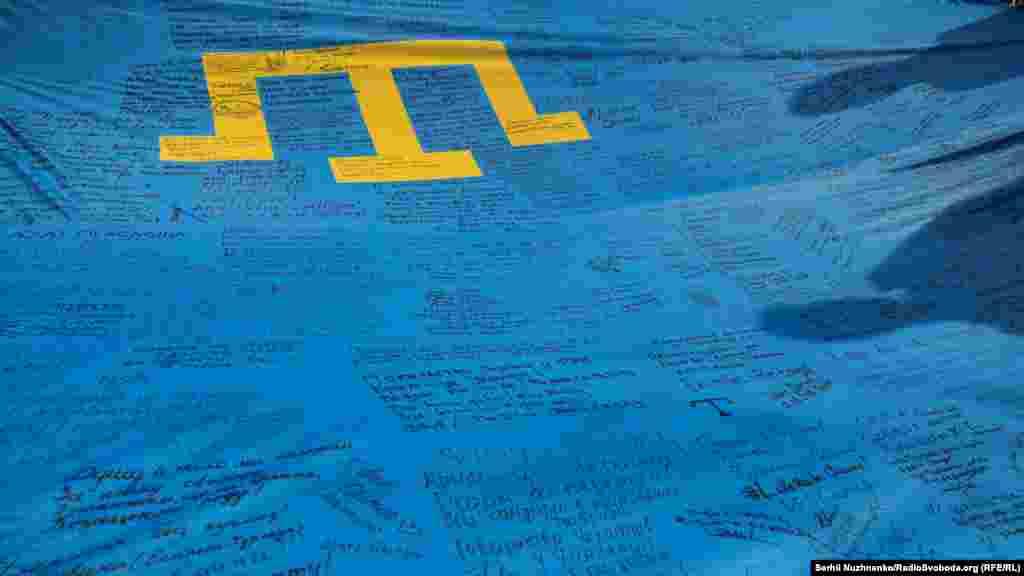 Этот флаг совершил большое путешествие – он побывал в 28 странах мира. В каждой из стран его подписывали представители крымскотатарской и украинской диаспор, политики и активисты Как проходили акции в честь Дня крымскотатарского флага в Киеве, смотрите в фоторепортаже