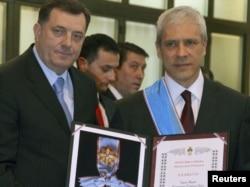 Predsednik Republike Srpske Milorad Dodik odlikovao je predsednika Srbije Borisa Tadića, 9. januar 2012.