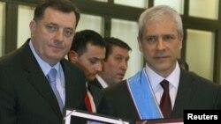 Predsjednik Republike Srpske Milorad Dodik odlikovao je predsjednika Srbije Borisa Tadića, 9. januar 2012.
