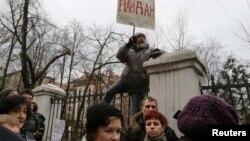 """Сот ғимараты алдында """"Майдан"""" деген жазуы бар плакат ұстап тұрған адам. Мәскеу, 24 ақпан 2014 жыл."""