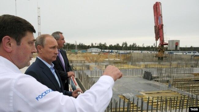 Ресей президенті Владимир Путин (ортада) Қиыр Шығыста жаңадан салынып жатқан Восточный ғарыш айлағында. 2 қыркүйек 2014 жыл.