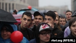 Russia -- People crowd at Alexey Navalny's pre-election meeting and concert, Moscow, September 6, 2013.