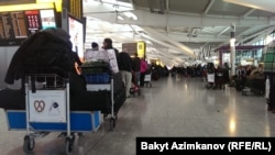 U.K. -- Long queue of passengers whose flights were delayed, Heathrow Airport's Terminal 5, London, England