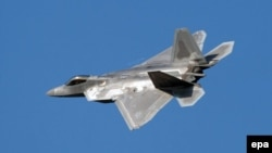 Ամերիկյան F-22 Raptor ռազմական օդանավը թռիչքի ժամանակ, արխիվ