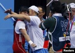 Зульфия Чиншанло принимает поздравления своего тренера. Лондон, 29 июля 2012 года.
