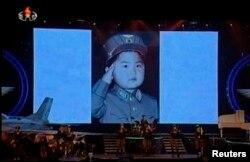 """Во время концертов группы """"Моранбон"""" в КНДР на заднем плане обычно демонстрируются фотографии юного Ким Чен Ына в военной форме. Пхеньян, 2013 год"""