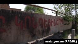 Armenia -- A makeshift fence in Kond district in Yerevan, 23May2012.